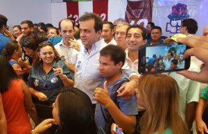 Prefeito Carlos Eduardo com os populares