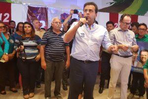 Prefeito Carlos Eduardo discursando