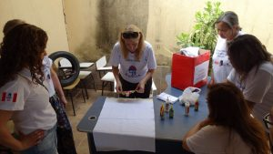 Eroídes Lessa ensina a fazer pano de copa na primeira Oficina Itinerante da AMT-DF
