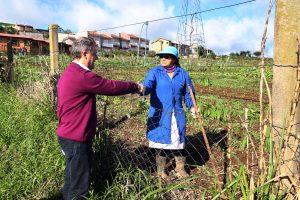 Edson Néspolo conversa com família que plantam Horta Comunitária
