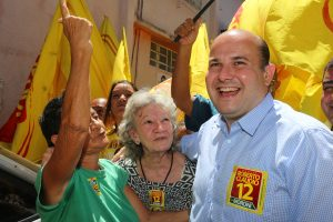 Roberto Cláudio conversa com moradores de Fortaleza