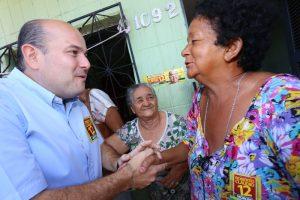 Roberto Cláudio retoma campanha conversando com moradores de Fortaleza