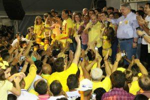 Roberto Cláudio é recebido com grande festa em encontro com centenas