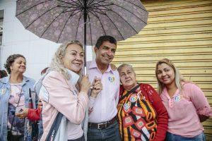 """Com a """"benção da chuva"""", Vidigal retoma caminhadas pelas ruas de Serra (ES)"""