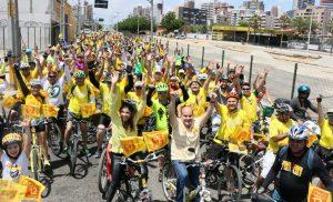 Roberto Cláudio participa de passeio ciclístico ao lado de centenas de apoiadores
