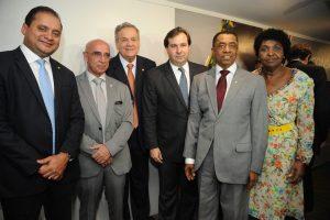 Da esquerda para a direita: os deputados federais Weverton Rocha – líder do PDT na Câmara –, Mário Heringer (PDT-MG), Rinaldo Lessa (PDT-AL), o presidnete da Casa, Rodrigo Maia, e Damião Feliciano (PDT-PB)