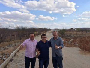 Da direita para a esquerda: o presidente do PDT-CE, deputado federal André Figueiredo, o atual prefeito de Antonina do Norte, Antônio Filho (PDT), e o vice-prefeito eleito, Eron Matos (PDT)