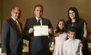 O prefeito reeleito, Carlos Eduardo Alves, sua esposa, a primeira-dama do município, Andréa Ramalho Alves, e dos seus filhos, Cadu e Sofia