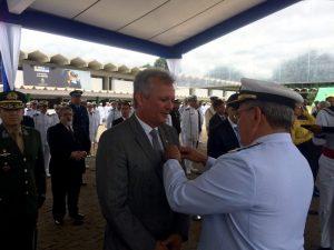 André Figueiredo (PDT-CE) recebe Medalha Mérito Tamandaré pelas mãos do Comandante da Marinha, Almirante de Esquadra, Eduardo Bacellar Ferreira